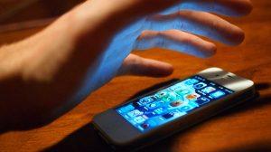 Rubano lo smartphone al prof. Il preside tassa gli studenti: 5 euro a testa