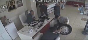 Pneumatico impazzito colpisce in testa un uomo dentro una farmacia