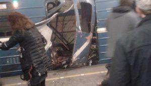 San Pietroburgo, esplosione in metro. Colonna di fumo, la gente fugge