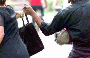 Vicenza, 13enne tenta di scippare una mamma: il neonato finisce sull'asfalto e...