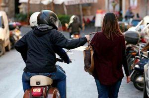 Napoli, moglie Franco Bordo (Mdp) scippata: ladri la trascinano, è ferita