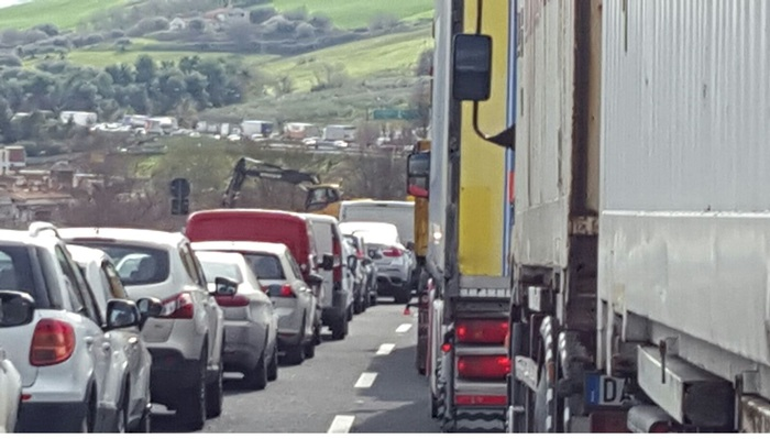 Scontro tra auto e tir sull'A1, muore un camionista