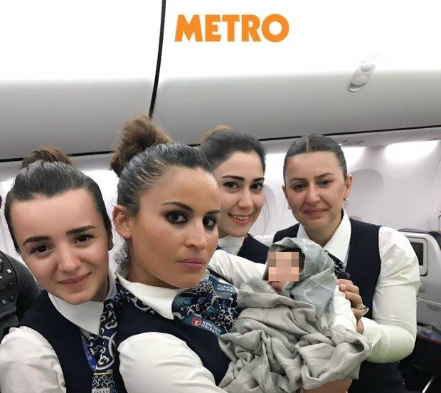 Partorisce in volo su un aereo della Turkish Airlines. Il selfie delle hostess 02