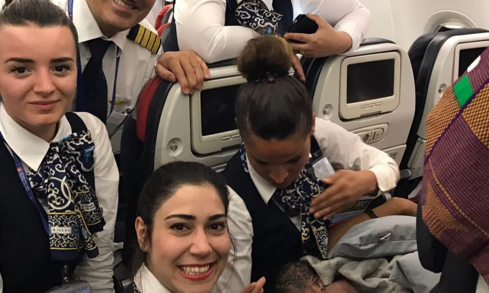 Partorisce in volo su un aereo della Turkish Airlines. Il selfie delle hostess 03