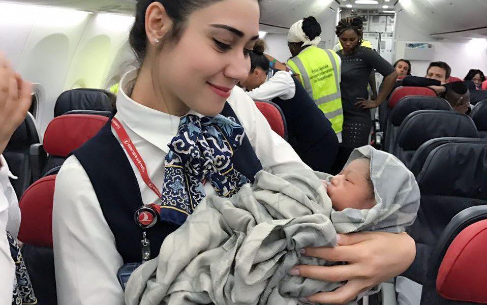 Partorisce in volo su un aereo della Turkish Airlines. Il selfie delle hostess 04