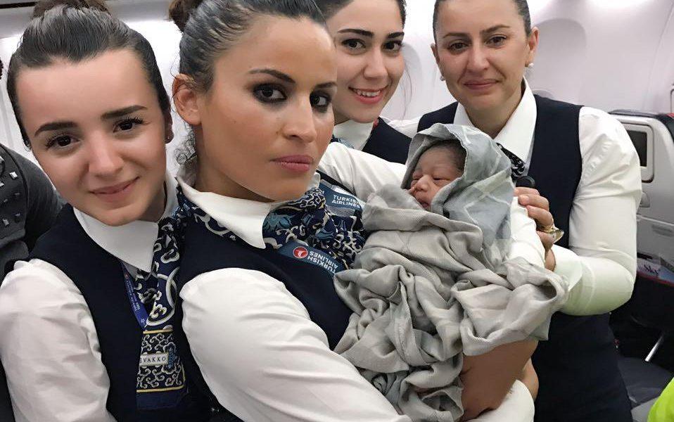 Partorisce in volo su un aereo della Turkish Airlines. Il selfie delle hostess