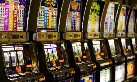 Lasciano figli in auto per andare a giocare alle slot machine