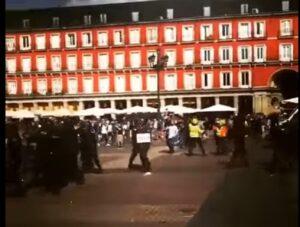 "Madrid, scontri tifosi Leicester polizia: inglesi urlano ""Gibilterra è nostra"""
