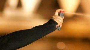 Savona, lite col parrucchiere: la cliente gli spruzza spray al peperoncino