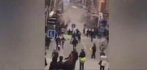 YOUTUBE Stoccolma, il momento in cui il camion finisce sulla folla
