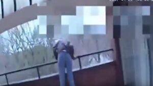 Tenta di lanciarsi dal terrazzo, poliziotto lo blocca in tempo