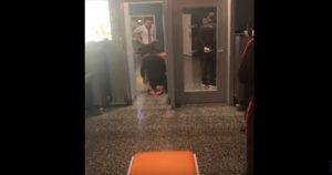 Mario Balotelli passa il metal detector così. E i compagni...