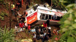 Filippine: autobus precipita in una gola, 24 morti