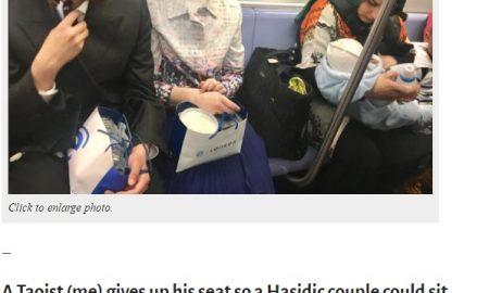 Il Taoista, la coppia di ebrei e la musulmana che allatta: in una FOTO la vera grandezza dell'America (nella Metro di New York)