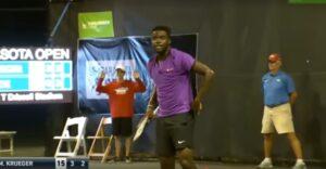 Coppia troppo focosa: le loro grida interrompono partita di tennis