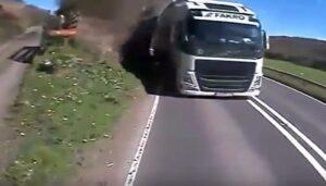 Galles, camionista straniero guida su corsia sbagliata: spunta moto dopo la curva e...