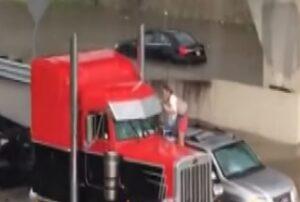 Incastrata con auto nel viadotto allagato: il camionista la salva