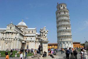 Pisa, lasciano la figlia di 2 anni per farsi un selfie davanti alla Torre