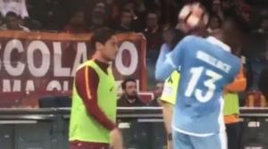 Roma-Lazio, Totti lancia pallone in faccia a Wallace