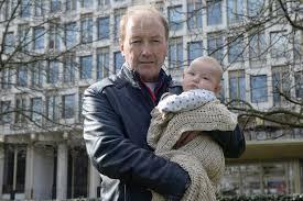 Ambasciata Usa interroga bimbo di tre mesi come sospetto terrorista. Colpa di nonno Paul...