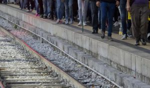 Parona, scende dal treno in corsa: 16enne muore tranciata a metà