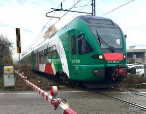 Cucciago (Como), resta incastrato con il piede nella porta del treno e muore