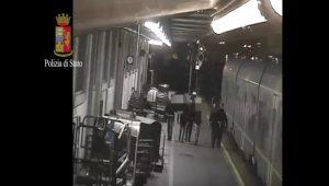 YOUTUBE Treno Ventimiglia-Torino: polizia insegue baby gang a Porta Nuova