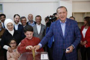 Referendum Turchia, Erdogan assapora larga vittoria. Arresti e spari ai seggi