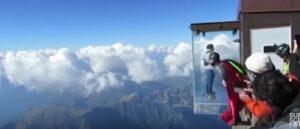 Si lancia con tuta alare dal Monte Bianco tra i turisti: per un soffio evita le montagne