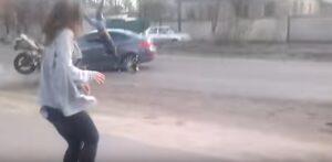 Balla twerking a bordo strada: automobilista si distrae e...