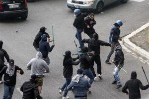 Ultras del Lecce assaltano pullman tifosi baresi con spranghe e bottiglie: 6 feriti