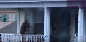 Fattorino spegne incendio in una casa utilizzando il tubo per innaffiare