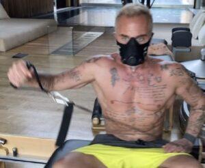 Gianluca Vacchi si allena indossando una strana maschera
