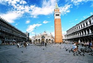 Venezia, piazza San Marco: droni, abusivi e scippatori
