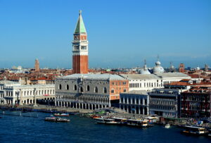 Venezia, troppi turisti: arrivano conta persone e numero chiuso in piazza San Marco