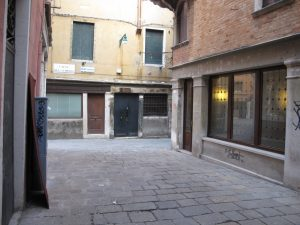 Venezia, writer francese denunciata: stelle blu su monumenti antichi
