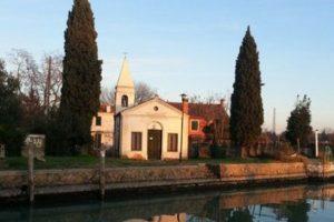 """Venezia. Messa su prenotazione alle Vignole. """"Mancano fedeli"""", si legge sul portone della chiesa"""
