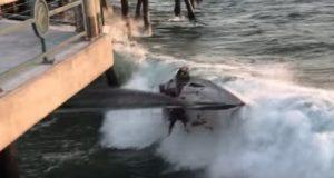 YOUTUBE Il vento è troppo forte, la barca a vela si schianta contro il molo