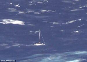 Barca vela distrutta da balena: tre persone tratte in salvo nell'Atlantico