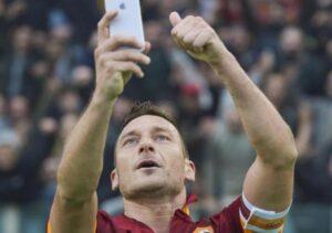 Statua di Francesco Totti fuori stadio Olimpico prima di Roma-Genoa