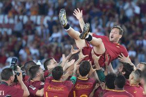 Francesco Totti portato in trionfo dai compagni di squadra