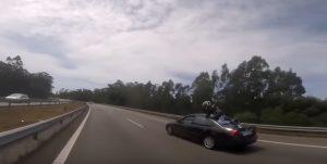 Brutto incidente in autostrada, ma il motociclista non si fa nulla: ecco dove cade
