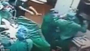Chirurgo interrompe operazione per picchiare infermiera