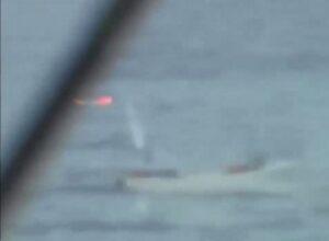 VIDEO Pirati assaltano nave e la marina Usa li mette in fuga: barca affonda, si tuffano in acqua