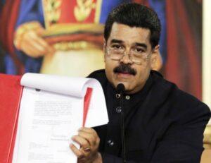"""Venezuela, Maduro vuole cambiare la Costituzione. Opposizioni: """"Golpe"""". Scontri nelle strade VIDEO"""