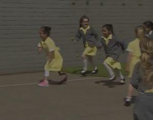 YOUTUBE Anu torna a scuola con la protesi: le compagne ballano con lei