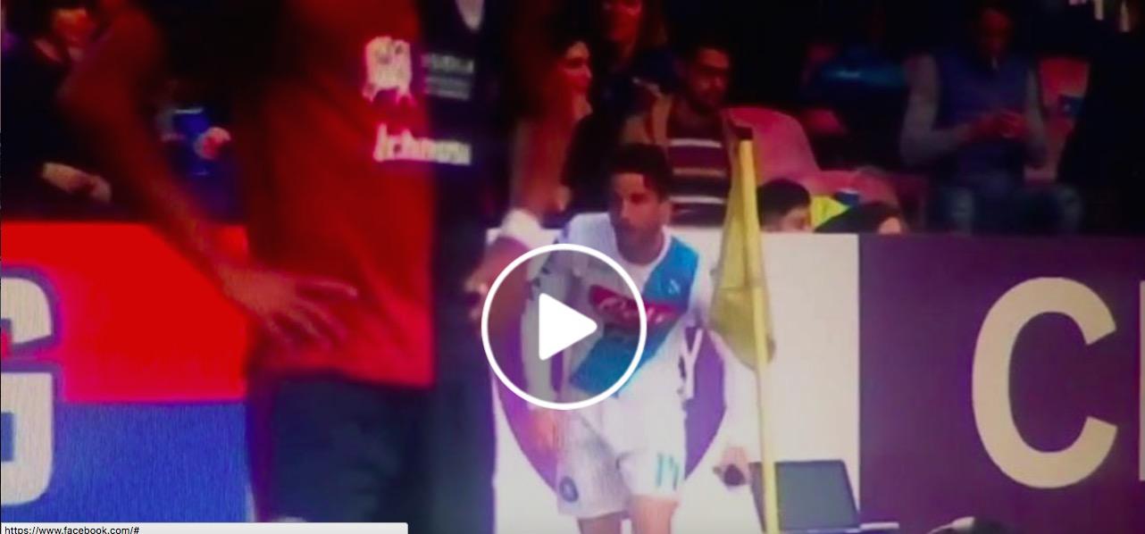 Mertens nasconde cellulare a fotografo dopo gol in Napoli-Cagliari 3-1
