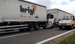 YOUTUBE Verona, scontro fra 4 tir: camionista resta intrappolato nell'abitacolo, ma viene liberato
