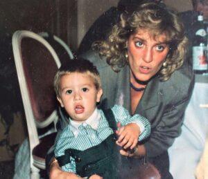 """Fedez fa gli auguri alla mamma su Instagram, la foto scatena i fan: """"Sembra Lady Diana"""""""
