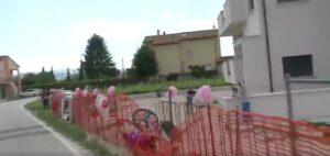 VIDEO - Giro, Brutt cade e finisce oltre le transenne di un cantiere